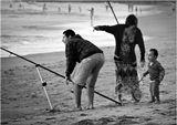 Перед заходом солнца на бесконечные пляжи Гасконского (Бискайского по–нашему) залива выходят рыбаки. В большинстве своём – матёрые мужики–одиночки. Но случается встретить и семейный подряд ...