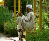 Египет. Асуан. Ботанический сад. Работник сада.