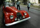 Morgan Motor Co Ltd – живой пример того, что все может быть иначе. Что в автомобильном мире можно безбедно существовать с модельной линейкой в полтора автомобиля. Что можно игнорировать моду и технологии, раз в десятилетие клонируя одну и ту же модель. И что очередь желающих купить этот архаичный спорткар, увидевший свет 70 лет назад, может растянуться на долгие годы.