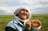 Морошка это царская ягода севера, а на Камчатке иногда сплошное желтое болото. Собирают ягоду, когда она нальется соком, станет желтой. Ительмены тысячилетия используют морошку как бесценный источник витаминов: пьют с ней чай, делают морошковый морс, лечат детей от простуд. На зиму закапывают в землю в бочонках, чтобы весной откопать и опять почувствовать ее неповторимый вкус, будто собрана она была только что. Раньше эту ягоду хорошо знали и ценили в России, умирающий от раны  Александр Пушкин просил своего друга Даля принести ему морошки.
