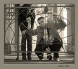 У Эрмитажа, фотограф показывает позу модели
