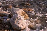 Мертвое море пена брызги.Это редкий случай, потому что вода на Меривом море тяжелая и её трудно раскачать до брызг.
