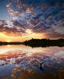 - закат - озеро - коряга - небо - облака -