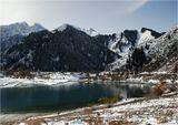 Горное озеро Иссык в минувшее воскресенье.Хребет Заилийский Алатау. Казахстан.