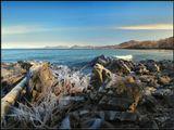 Такие, вот, игры Зимы с Байкалом. Пока еще легкое покусывание прибрежных кустов и камней оставляет замысловатые узоры из сосулек...