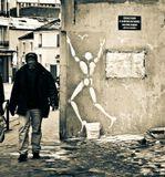 """История """"белого человека"""" здесь: http://www.lensart.ru/picture-pid-2b9dc.htm?ps=18Табличка на стене: """"Мочиться и оставлять мусор запрещено Указом N 561 от 20 ноября 1979 г."""""""
