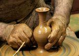 Экскурсия с детьми в гончарную мастерскую. На изготовление такой вазочки уходит 3-4 минуты. Мастер делал их по просьбе девчонок и раздавал, а потом еще и сажал за гончарный круг.