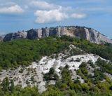 """Мангуп-Кале - наиболее выдающийся памятник из всех """"пещерных городов"""", расположенный на плато горы-останца Баба-Даг (крымскотат. baba - отец, dag - гора), на высоте около 600 м над уровнем моря."""