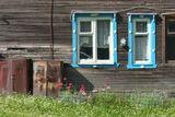 снято в заброшенном поселке Рюттю, где проживает 112 человек, окна барака