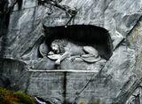 «Умирающий лев» — работа датского скульптора Торвальдсена, принадлежит к числу всемирно известных скульптур. Этот памятник был воздвигнут в честь солдат Швейцарской гвардии, которые погибли во время штурма дворца Тюильри 10 августа 1792 года, защищая жизнь французского короля. Марк Твен описал этот памятник как «самое грустное и самое трогательное каменное изваяние в мире».