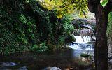 Ручей внутри маленького греческого городка