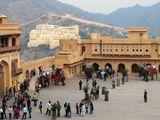 Слоновий причал (туристы спешиваются),  дворец Амбер, Джайпур,  Индия