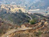 Вид на крепость-дворец Амбер ( 11 км севернее Джайпура). Это комплекс дворцов, залов, павильонов, садов и храмов, строившийся на протяжении двух столетий. Крепостная стена  возведена с учетом необходимости отражения нашествий завоевателей,  блокирует перевал и подходы к Джайпуру.