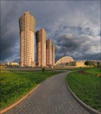 Последний свет, осветивший вечером жилой комплекс на Ходынском бульваре в Москве.