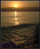 Кадр без ФШ. Воздух над Мертвым морем насыщен солеными парами. Это приводит к различным оптическим эффектам.Мервое море солнце свет вода.