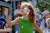 Отмечали день города в Волгограде Детям запустили мыльных пузырей