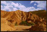 Это ущелье находится около южной оконечности Мертвого моря. В этом месте издавна сходились дороги от Красного , Средиземного моря, Иерусалима и озера Кенерет (Галилейского моря) Это была узловая точка Шелкового пути. А ущелье Захав было базой разбойников, которые грабили проходящие караваны.