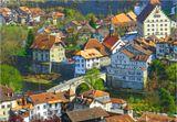 Совершенно очаровательный город в западной части Швейцарии. Река Зарине делит его пополам, на одной стороне говорят по-французски, на другой по-немецки, а на этом мосту находят общий язык. И название город имеет двойное: Фрибург и Фрайбург, кому как нравится.