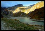 Высокогорная Альпийская дорога Гроссглокнер. Австрийские Альпы. Высота 2400 м. *  *  *День склонялся к вечеру. Озеро и котловины гор уже окутались тенью, но несломленное солнце с отчаянием обреченных еще удерживало склоны доступной ему высоты ...*  *  *Австрия  Гроссглокнер  Альпы  дорога  Солнце  над  горами  озеро  PARADOX