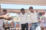 Турция-яхт-тур,гиды таким образом развлекают отдыхающих на палубе.