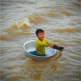 В среду я уже начал рассказ о людях, живущих в домах на воде на камбоджийском озере Тонлесап (см.:http://www.lensart.ru/picture-pid-3b753.htm). В семьях попрошайничают у туристов все - даже такие шпендики пускаются в тазиках в одиночное плавание. А если утонут? Тогда, наверное, новых нарожают.