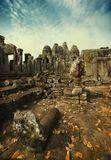 Камбоджия.Сиам Риап.Храм Байон в крепости Ангкор Тхом. Центральный храм Байон и его пятьдесят четыре огромные башни, каждую из которых украшают четыре обличья Будды. По одной из версий в образе Будды был представлен портрет самого короля. Этот храм явился последнем построенным в Ангкоре крупным культовым сооружением.