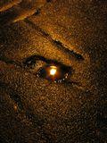 отражение фонаря в маленькой луже