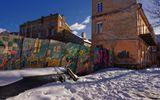 """""""Жизнь - это дорога, по которой надо шагать позитивно!""""-написано на другой стороне...Старый Вильнюс.Дворик Ужуписа.http://www.lensart.ru/picture-pid-30d01.htm?ps=18"""