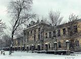 Путевой дворец в Твери - это один из великолепных памятников архитектуры и достопримечательностей России на сегодня. Он был сооружен еще в 1764-1777 годах. В его основании принимали участие такие известные архитекторы как М.Ф. Казаков и П.Р. Никитина. Она расположена на месте бывшего Тверского Кремля. Именно там находился архиерейский дом, который был поврежден при пожаре в 1763 году
