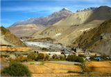 Удивительно, но окруженная со всех сторон горами,  долина верховьев реки Гали-Гандаки весь день озарена ярким солнцем. Здесь находится экзотическое королевство Мустанг, по горным дорогам которого лежала тропа по торговле солью между Индией и Непалом.