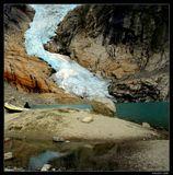 """Ледник Бриксдалбреен - Западная Норвегия.  Является ветвью самого большго в материковой Европе ледника Йостедалсбреен  - площадь 487 кв. км.  В отличие от большинства ледников Европы, с 1967 по 1997 годы увеличивался и """"вырос"""" на 465 метров.Для оценки мощи ледников Норвегии : крупнейшй ледник в Альпах - Алечский (расположен на юге Швейцарии) занимает площадь ок. 100 кв. км. (т.е. почти в 5 раз меньше крупнейшего норвежского)."""