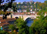 Дивный город мне машет рукою,И осенних деревьев не счесть.Только в сказке бывает такое,Ну так это ведь сказка и есть.Швейцария. Берн - город, напоминающий мне Сигулду в Латвии. Речка в ущелье, опоясывающая город, роскошные виды с мостов и волшебные краски природы, особенно осенью.