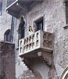 Разноязычная толпа туристов под пустынным балконом старинного дома Капулетти, что в городе Вероне, дружно с разными акцентами скандировала: Джульетта! Джульетта! Джульетта! Неожиданно балконная дверь распахнулась и оттуда выпорхнула молодая девушка. Мельком взглянув на ревущую внизу толпу и очевидно не обнаружив там Ромео, она также быстро исчезла. Толпа ахнула, но некоторые успели щелкнуть фотоаппаратами.