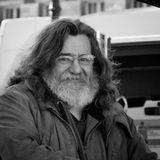 """Блошиный рынок – не лучшее место для торговли цветами. Поэтому герою снимка пришлось раздавать букеты знакомым, полузнакомым и незнакомым """"за так""""...(Бордо, 26 декабря 2010)"""