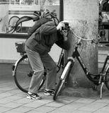 Минут десять фотографировал он велосипедный звонок со всех сторон,не обращая никакого внимания на прохожих.
