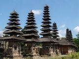 Королевский храм Таман Аюн в Менгви на о. Бали представляет собой настоящий лес пагод, характерных для этого острова. Дословно переводится как «прекрасный сад».  Был построен в 1634 году Раджой Менгви. В Таман Аюне  чтят и поклоняются обожествленным предкам династии Менгви и другим важным в балийской религии богам.