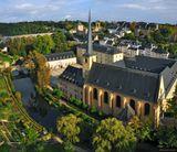 Люксембург (столица), район Грунд. В 1542 г. было разрушено аббатство на плато Альтмюнстер. Монахи-бенедектинцы построили новый монастырь или Ноймюнстер в 1606 году в районе Грунд у реки Альзет. Он тоже сгорел в 1684, но был восстановлен к 1720 г. К нему относится и церковь Св.Иоанна (XVII в.). Панорама из 5 вертикальных кадров.Люксембург столица Грунд Ноймюнстер Альзет