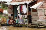 Жизнь камбоджийцев на реке. У них все просто: бамбуковый дом, где нет ни холодильника, ни телевизора. У них по одному комплекту одежды и им достаточно. Они живут очень скромно и часто боятся фотографироваться. А их дети, когда и видят белого человека вообще убегают, мы для них как «бабайки». У людей нет  нормальной питьевой воды, многие пьют воду из болота…