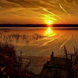 Вечерний борт,За солнцем вслед,На глади вод Оставил след...