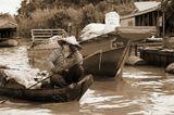 Жизнь камбоджийцев на реке. Занятий, на самом деле, не много: ловля рыбы, развлечение туристов, отвезти-забрать детей из школы, такой же, на воде. Одно из основных занятий - плавучий магазин. Иногда удается что-то продать - воду, фрукты, чипсы, зелень... А иногда торговли совсем нет. И это неудачный день...