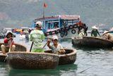 """Двухметровые круглые корзины, используемые рыбаками для того, чтобы добраться с берега до своих лодок (а также и между лодками) делаются из бамбуковых прутьев, обмазанных смолой. По-вьетнамски они называются """"тхунг чай"""" (""""тхунг"""" -  корзина, а """"чай"""" – смола). Гребут в них стоя, одним веслом. Могут управлять и женщины, и дети. Очень мобильные, этакие вездеходы, подплывают к судам и начинается торг, кому что надо.)) Маленькое, но гордое судно.))"""