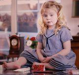 Снимок не постановочный.Кристина любила залесть на стол и заниматься чем ей вздумается.Иногда она думала о чём-то своём...