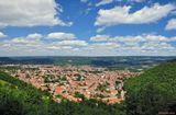 Франция, Лангедок-Руссильон. По пути из Каркассона в Альби дорога идёт через хребет Монтенегро. Такой вид открываетс я с перевала на ничем более не примечательный городок Mazamet.Франция Лангедок-Руссильон перевал Mazamet