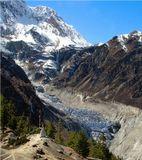 Восточная, самая мистическая часть Непала. Эти места у подножия Тибета почти не тронуты цивилизацией. Появление европейского туриста для местного населения равносильно встрече с обитающим здесь снежным человеком. Камнепады и сход каменных лавин для аборигенов привычное явление. Гораздо большую опасность несут обитающие в горных пещерах злые духи, но молитвенные флажки, укрепленные на каменных турах, должны их отпугнуть.