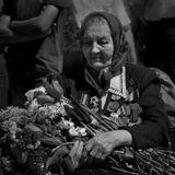 Русской женщине ...Да разве об этом расскажешьВ какие ты годы жила!Какая безмерная тяжестьНа женские плечи легла!..