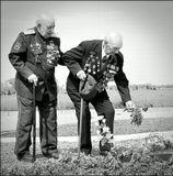 Им не нужны были зрители, они медленно, поддерживая друг-друга,  подошли к  пяти могилам своих товарищей, останки которых были подняты из разрушенной землянки на рубеже Миус-фронта в майские дни 2010 года. По многим приметам в той землянке были казаки, бок о бок с которыми они сражались в 5-ом гвардейском Донском кавалерийском корпусе... Они пришли к тем, с кем делили тяготы службы и краюшку хлеба.... Пришли поклониться..9 Мая 2011г. Таганрог.
