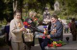 В сердцах  литовских людей память жива!И хотя сегодня официально отмечается день Европы,люди празднуют Светлый праздник Победы.Несмотря на то, что 9 мая в Литве - рабочий день,в полдень тысячи людей потянулись к Антакольскому мемориальному кладбищу почтить память павших героев.Там состоялась торжествееная часть праздника.Спасибо Вам, дорогие ветераны, за эту Великую Победу!С Праздником,Ленсартовцы!2011.05.09 Вильнюс