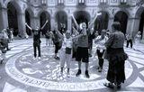 Внутренний двор монастыря Монтсеррат (Испания). Считается, что стоя в кругу и воздев руки к небу, можно зарядиться небесной энергией.Я зарядился и фотографию зарядил :)