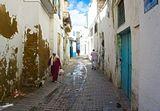 Узкие улицы медины Тунис.