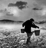 Метель, температура -30, деревенские жители ходят по воду на только что застывшее озеро, на котором лед ветром сломало в торосы.